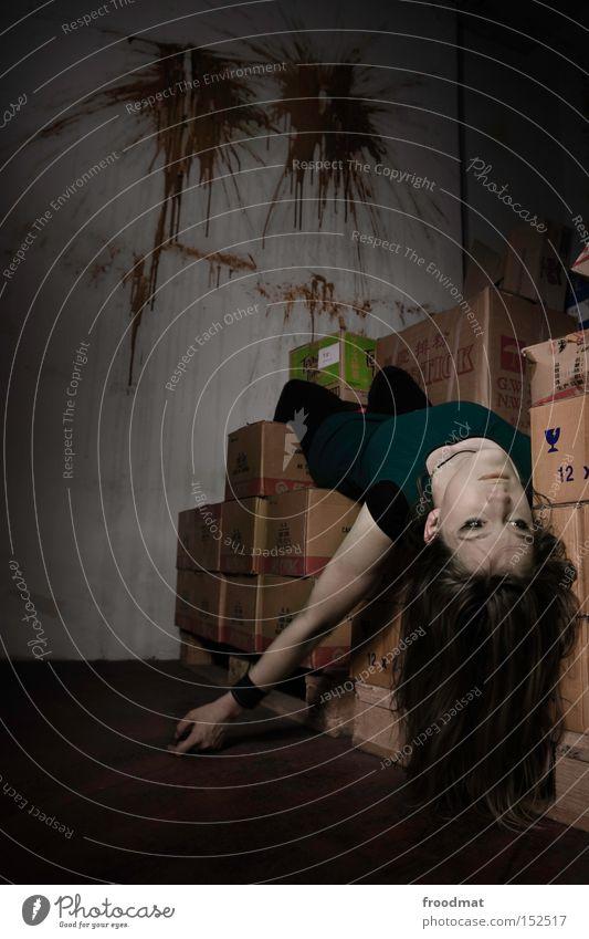 hartes weihnachtsgeschäft Tod Leiche Paket Langzeitbelichtung kaputt Frau Kriminalität Einbruch bleich Vergänglichkeit Haare & Frisuren Umzugskarton