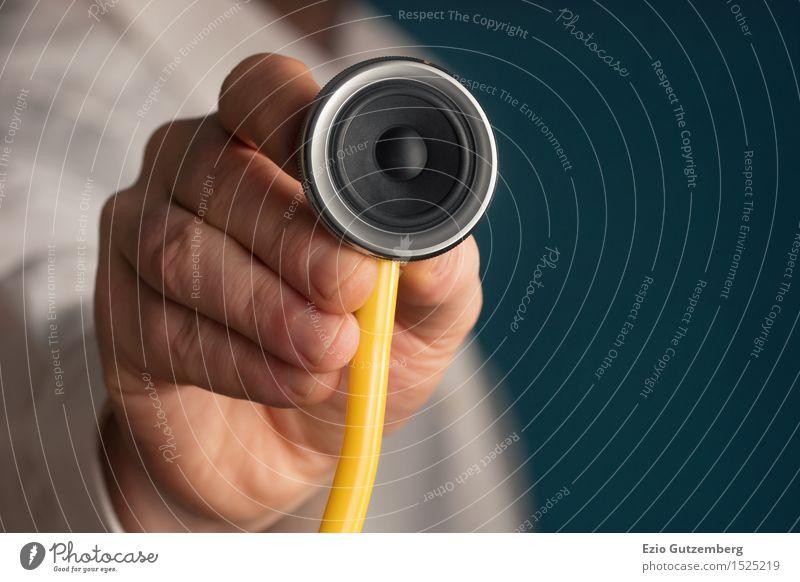 Arzt hält ein Stethoskop mit einem Lautsprecher in der Hand Design Gesundheit Fitness Krankenpflege Krankheit Entertainment Musik Club Disco Diskjockey