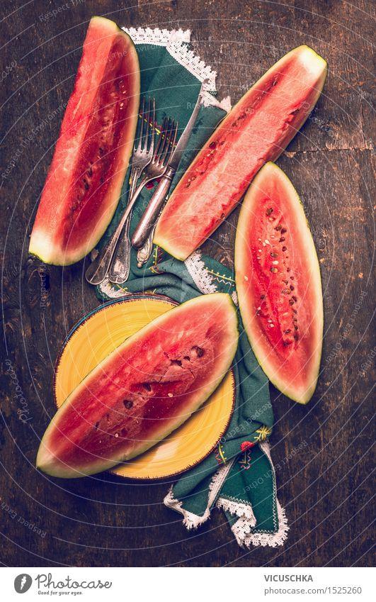 Gehackte Wassermelone auf rustikalen Küchentisch mit Besteck Lebensmittel Frucht Dessert Mittagessen Büffet Brunch Picknick Bioprodukte Vegetarische Ernährung
