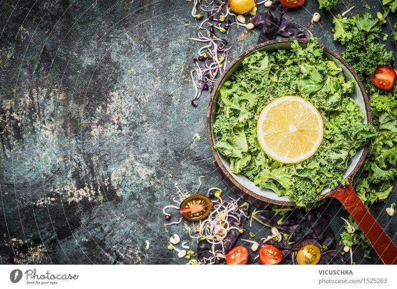 Frische Grünkohl mit Zitrone und Zutaten Lebensmittel Gemüse Kräuter & Gewürze Ernährung Abendessen Bioprodukte Vegetarische Ernährung Diät Geschirr Topf Stil