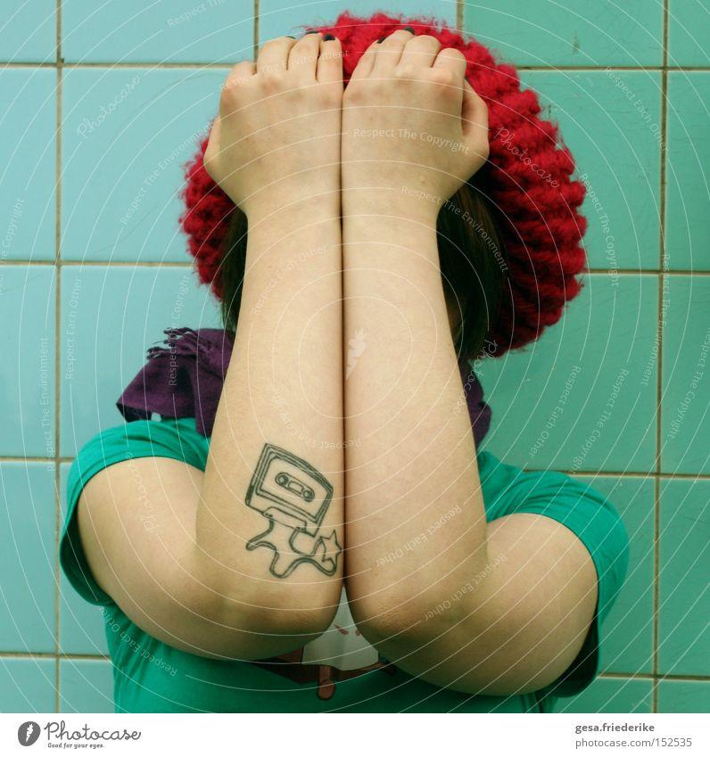 und dein verbrauchtes gesicht trashig Mensch Musikkassette Tattoo Tattoostudio Mütze Spielen verstecken Jugendliche arme verschränkt