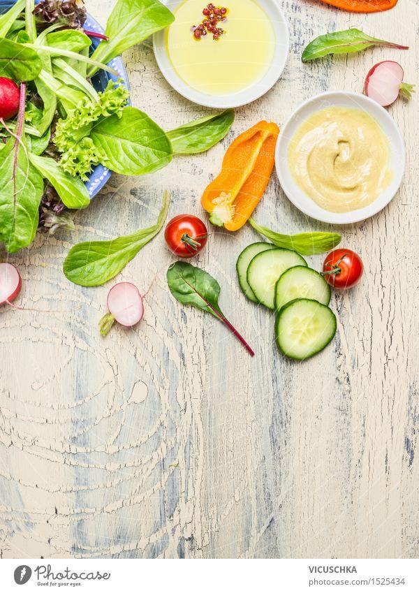 Frische Gemüse Salat mit Dressing Sommer Gesunde Ernährung Leben Stil Lifestyle Lebensmittel Design Kräuter & Gewürze Bioprodukte Schalen & Schüsseln Abendessen