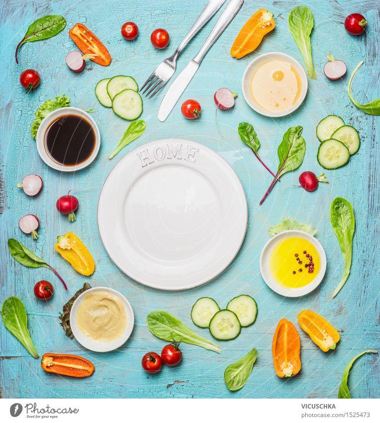 Leckere Salat und Dressing Zutaten um leere weiße Plate Lebensmittel Gemüse Salatbeilage Kräuter & Gewürze Öl Ernährung Mittagessen Büffet Brunch Bioprodukte