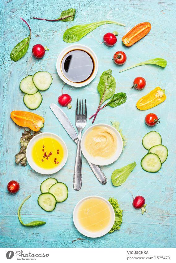 Besteck mit Salat und Dressing Zutaten Lebensmittel Gemüse Salatbeilage Kräuter & Gewürze Öl Ernährung Mittagessen Abendessen Büffet Brunch Festessen Picknick