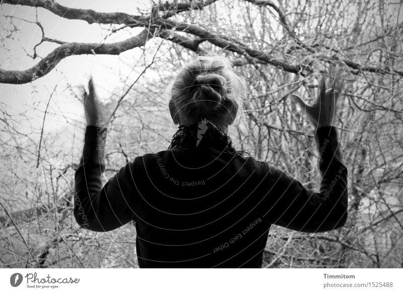 Ein Morgengruß. Wohnung Mensch feminin Frau Erwachsene 1 Umwelt Natur Pflanze Baum Garten grau schwarz winken Schwarzweißfoto Tag Bewegungsunschärfe