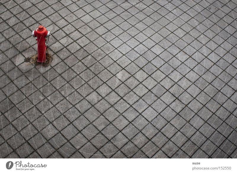 Feuerstelle Farbfoto Außenaufnahme Menschenleer Hintergrund neutral Wasser Wärme Platz Verkehrswege heiß rot Brand löschen Feuerwehr Hydrant Parkverbot