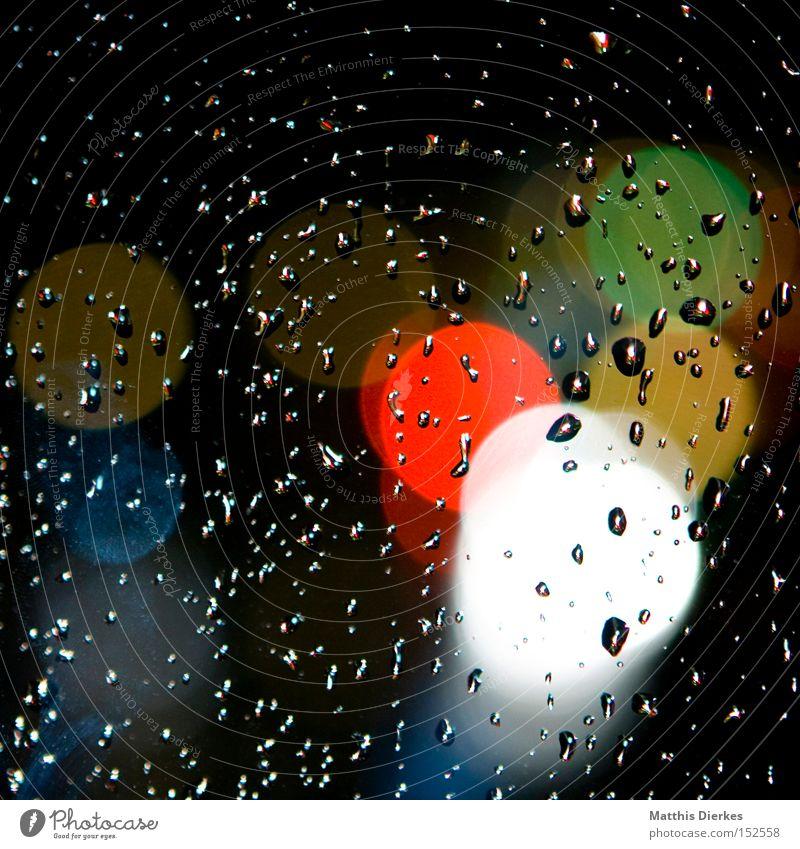 Regen Wasser weiß grün blau rot gelb Farbe Fenster Regen Wassertropfen Fensterscheibe Lichtpunkt Licht