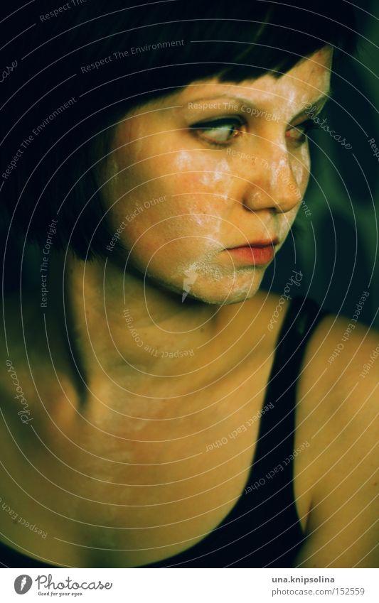 ....black to green Frau Einsamkeit ruhig schwarz Erwachsene dunkel Traurigkeit Junge Frau nachdenklich böse Top ernst Porträt dunkelhaarig