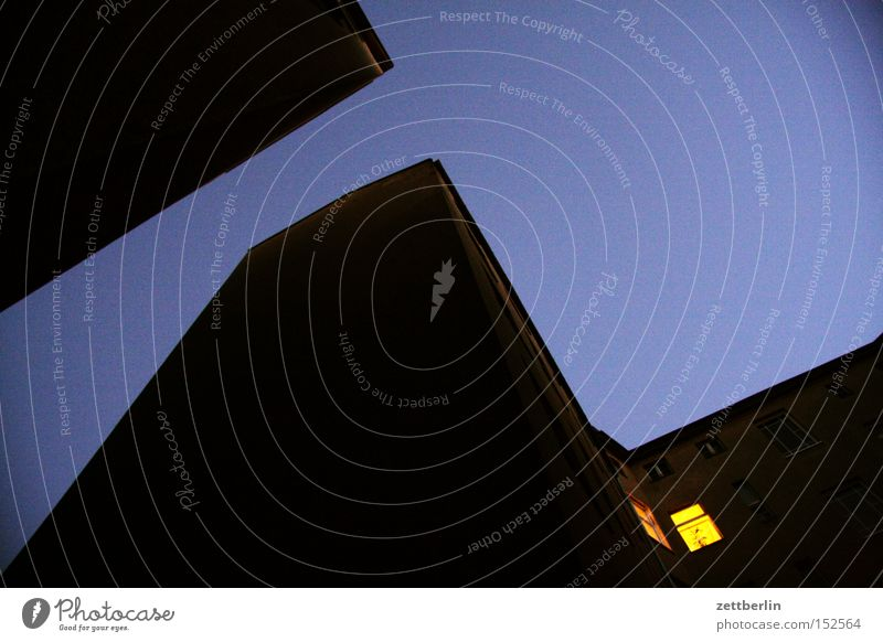 Sehnsucht again Nacht dunkel Haus Stadthaus Hinterhof Fenster Licht warten Einsamkeit Nachtarbeit Single Trauer Verzweiflung Häusliches Leben schlaflosigkeit
