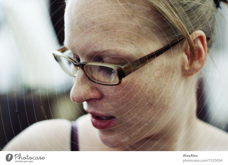 Argument Freude schön Leben Junge Frau Jugendliche Gesicht Sommersprossen 18-30 Jahre Erwachsene Brille rothaarig langhaarig Kommunizieren ästhetisch