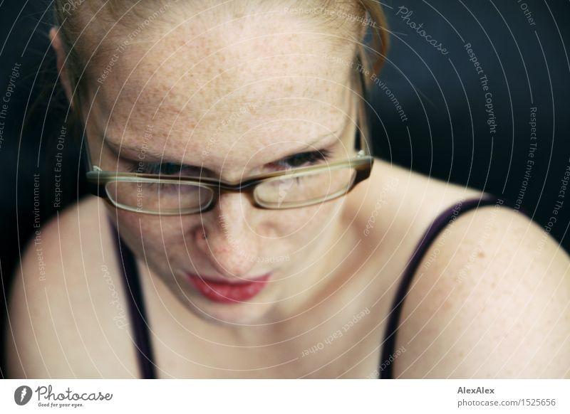 über den rand Haut Gesundheit Junge Frau Jugendliche Gesicht Schulter 18-30 Jahre Erwachsene Trägershirt Brille rothaarig langhaarig Sommersprossen beobachten