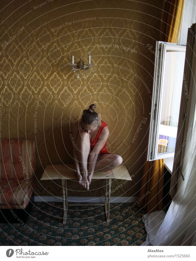 abwarten Lifestyle exotisch Wohlgefühl Erholung Junge Frau Jugendliche Beine 18-30 Jahre Erwachsene Hotelzimmer Tapetenmuster Fenster Kleid Barfuß brünett Zopf