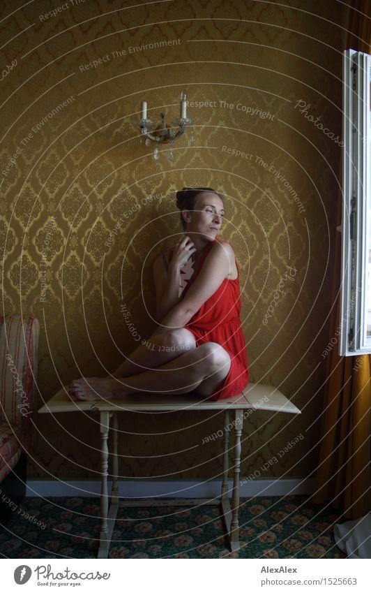 ausblick Jugendliche Stadt schön Junge Frau Erotik 18-30 Jahre Erwachsene natürlich feminin Stil Beine außergewöhnlich träumen elegant gold