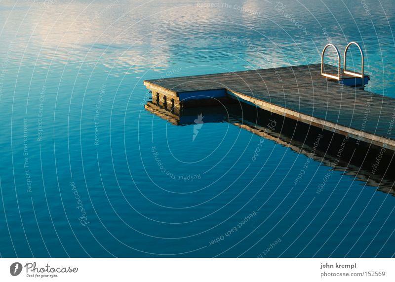 Catwalk Wasser blau Sommer See nass Frieden Steg Sonnenuntergang Reflexion & Spiegelung friedlich Licht Badesee