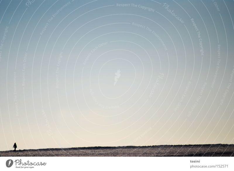 weites Feld [2] Winter Landschaft Mensch Einsamkeit Spaziergang Himmel Wolken Ferne Horizont weiß blau Menschlein minimalistisch
