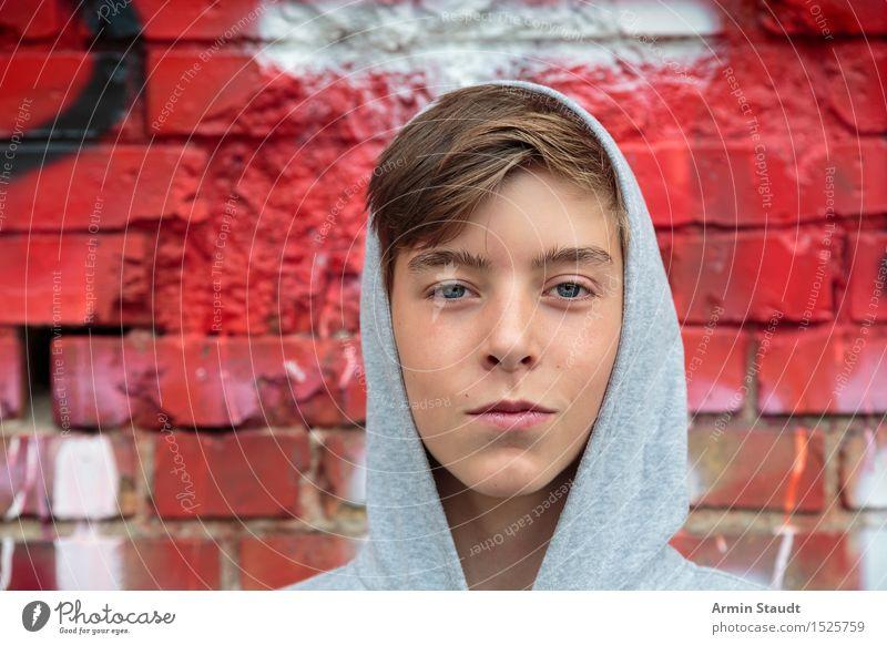 Porträt Mensch Jugendliche schön Junger Mann rot Wand Leben Gefühle Graffiti Stil Mauer Lifestyle Kopf Design maskulin Zufriedenheit
