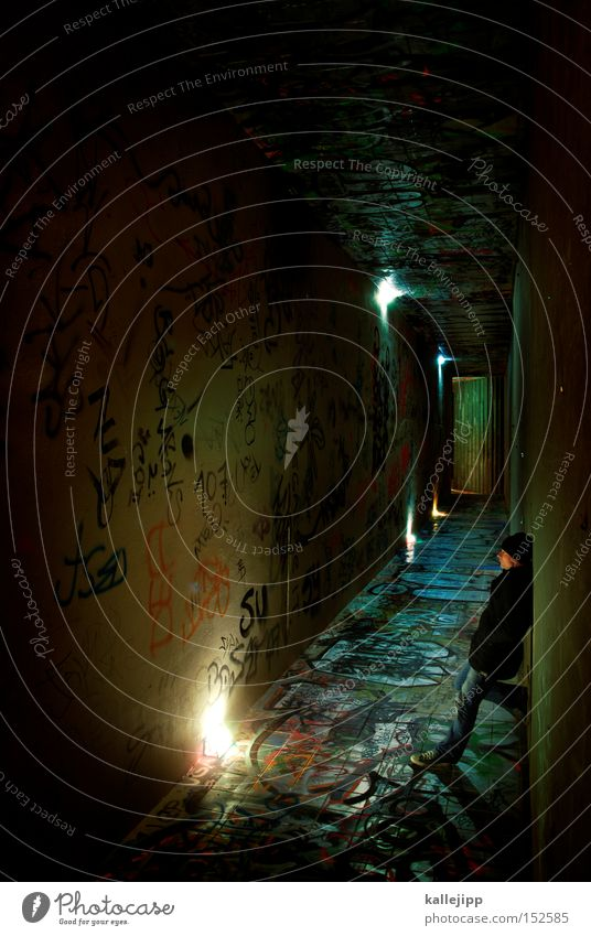 wait Mensch Mann Lampe Beleuchtung warten Treppe stehen Tunnel U-Bahn Bahnhof Ausgang Drehung