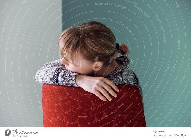 Auszeit Mensch Jugendliche Junge Frau Erholung Einsamkeit ruhig 18-30 Jahre Erwachsene Leben Traurigkeit Gefühle Religion & Glaube träumen nachdenklich sitzen Zukunft
