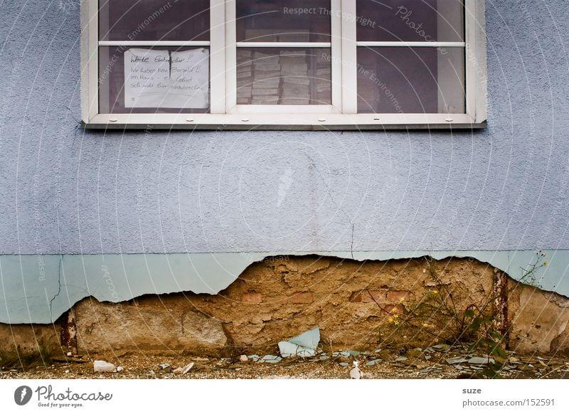 Einbruchsicher Industrieanlage Gebäude Architektur Mauer Wand Fassade Fenster Zettel Hinweisschild Warnschild alt dreckig kaputt lustig Vergänglichkeit Putz