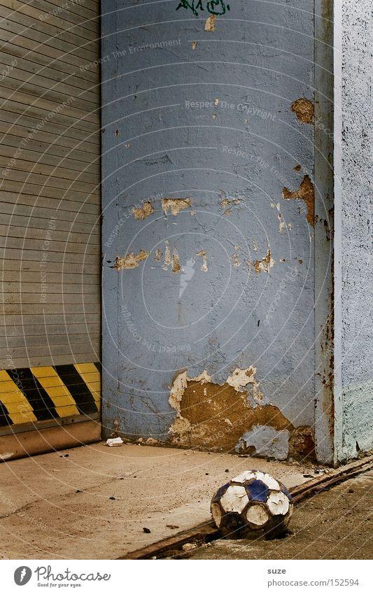 Luft raus Haus Sport Ballsport Verlierer Fußball Tor Gebäude Mauer Wand Leder alt dreckig kaputt Desaster Einsamkeit Ende Kindheit Nostalgie Traurigkeit Verfall