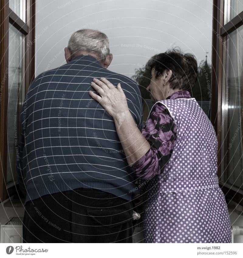 Alte Liebe rostet nicht alt Senior Mann Frau Paar Glück Großmutter Großvater Zusammensein Ehe Verbundenheit Hilfsbereitschaft Zukunft 70+ Treue paarweise