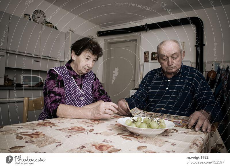 Stille im Alltag Paar Senior Ehe Großmutter Großvater ruhig Frustration Küche retro Problematik alt schweigen sitzen Vergänglichkeit 70+ Trott Alltagsfotografie
