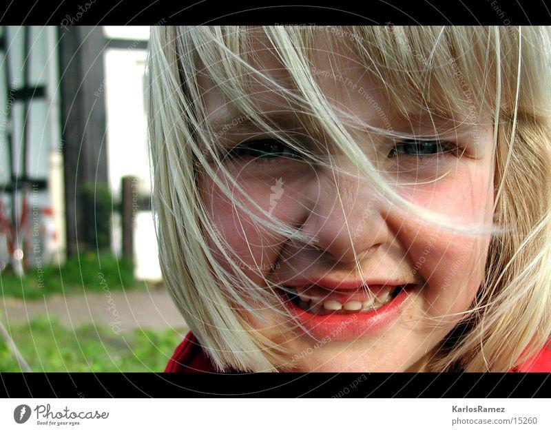 A N N A Kind blond süß Spielplatz lachen anna
