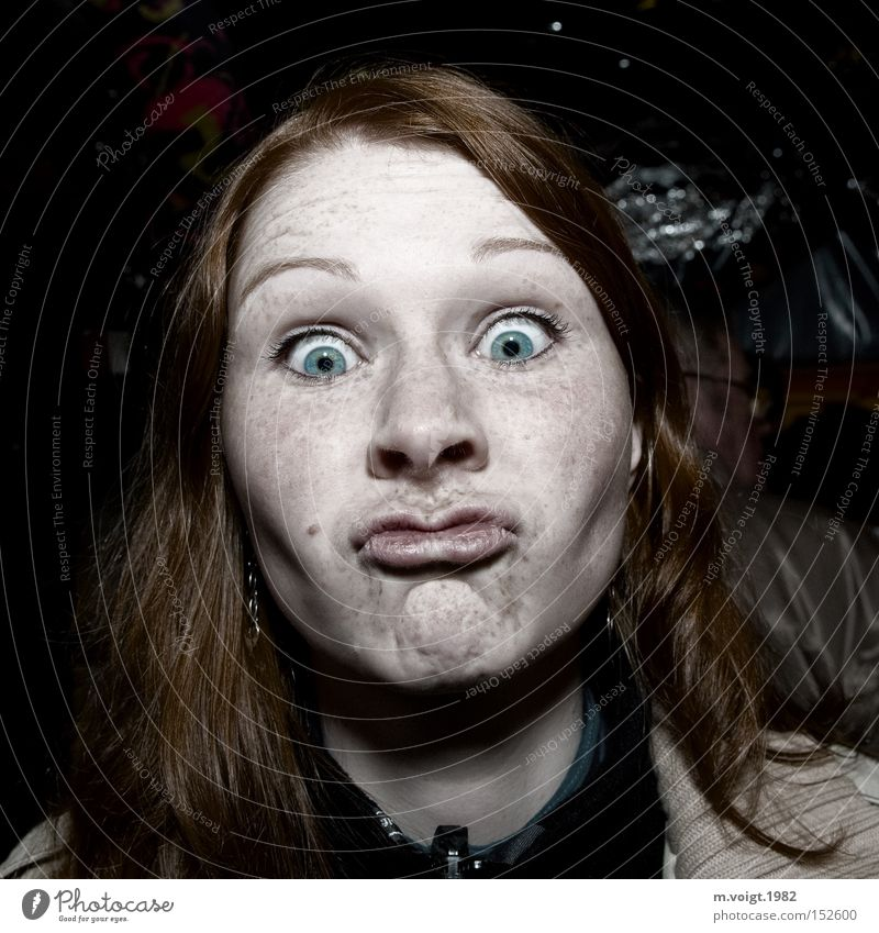 Was guckst du? Frau Mensch Jugendliche Freude Gesicht feminin Haare & Frisuren lustig Erwachsene verrückt Lebensfreude trashig skurril Gesichtsausdruck Sommersprossen