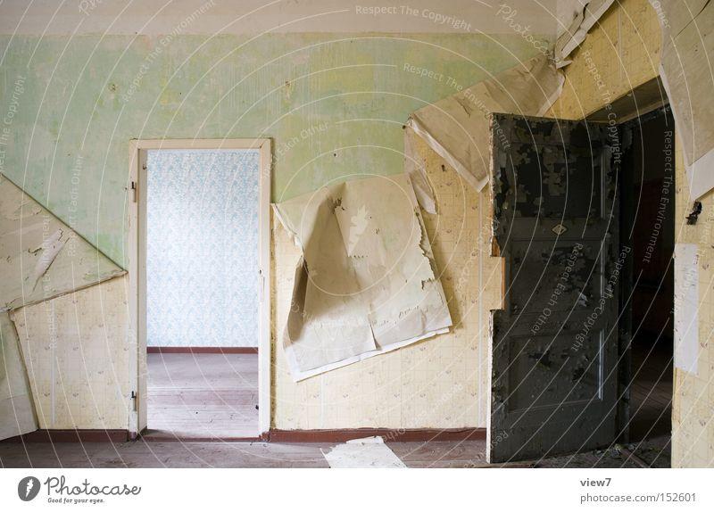 Durchgangszimmer Tür Wand gestalten Tapete Muster Holz Bodenbelag Flur Holzfußboden Parkett Farbe Farbstoff Detailaufnahme verfallen