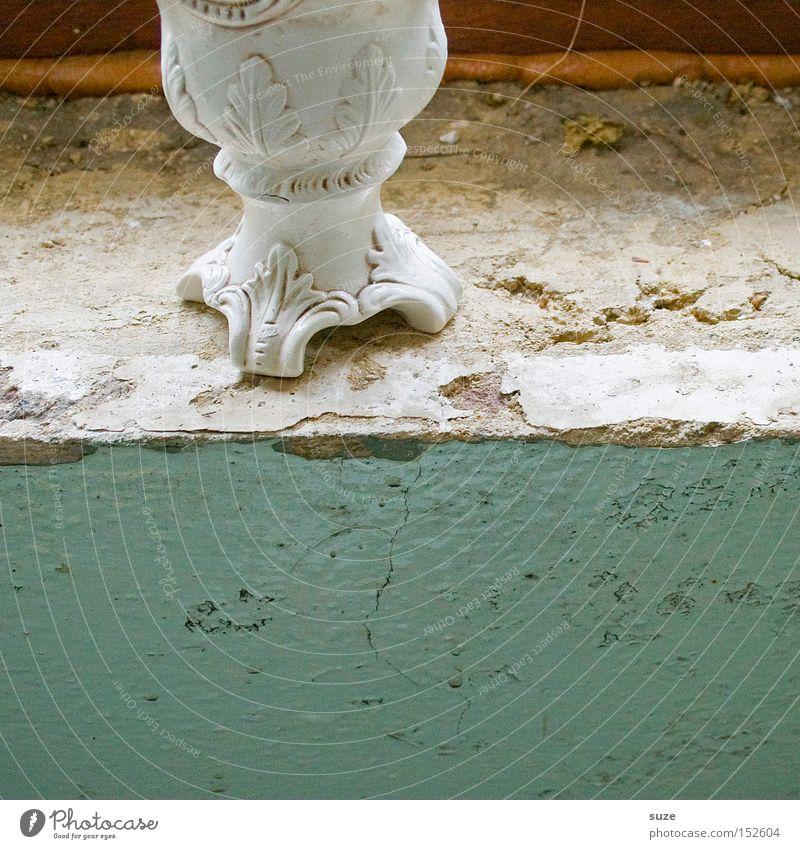 Keinblumenbild alt Wand Mauer Dekoration & Verzierung trist Vergänglichkeit trocken verfallen türkis Riss Putz abblättern Vase Kostbarkeit Zierde Schnörkel