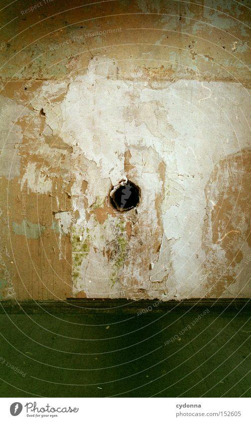 Guckloch Haus Einsamkeit Raum Zeit Häusliches Leben Vergänglichkeit geheimnisvoll verfallen obskur Loch Nostalgie Zerstörung Zweck Villa altmodisch Leerstand