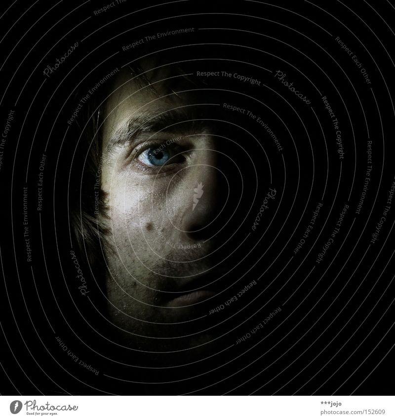 eyes wide open. Gesicht Kopf Mann Mensch dunkel Licht Auge Denken halbdunkel Selbstportrait Seitenlicht Blick Hälfte Gefühle erahnen