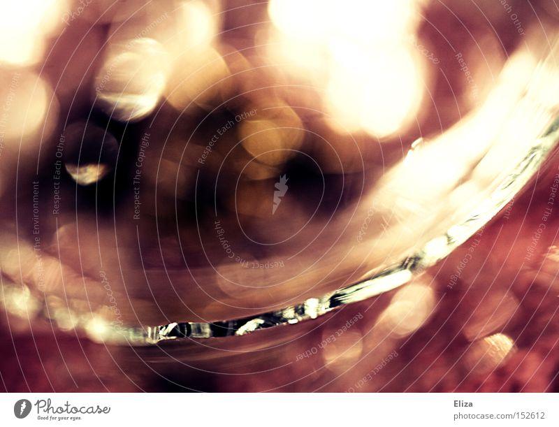 Schärfeverlauf Glas Glasscherbe Makroaufnahme Unschärfe geschnitten gebrochen glänzend violett rot Lichtpunkt gefährlich schimmern Nahaufnahme Farbe