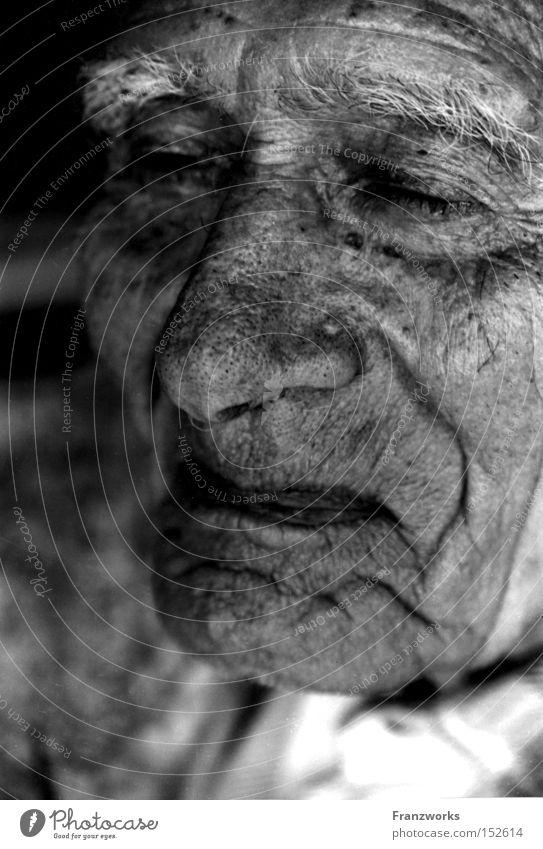 Verinnerungen. Mann alt Senior lachen Zufriedenheit Haut Zeit Mensch Spuren Falte Vergangenheit Großvater Weisheit Großeltern