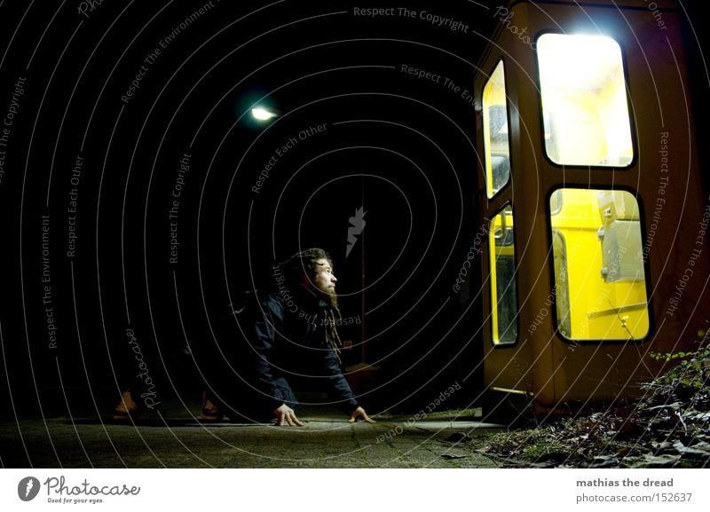 LEUCHTEKASTEN II Mann schwarz gelb Lampe dunkel sprechen hell warten Telefon Kommunizieren Telekommunikation beobachten Verkehrswege hocken anziehen Telefonzelle