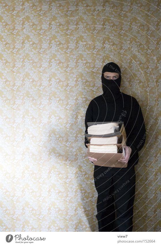 Praktikant Praktikum Aktenordner Ringbuchordner Mappe tragen Dummkopf Beruf Ordnung Maske unsichtbar unkenntlich schwarz Sturmhaube Schriftstück Papier Bildung