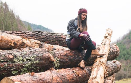 Frau Natur schön Baum Erholung Einsamkeit Mädchen Wald Erwachsene Herbst Lifestyle wandern Aktion Beautyfotografie hinten Kaukasier