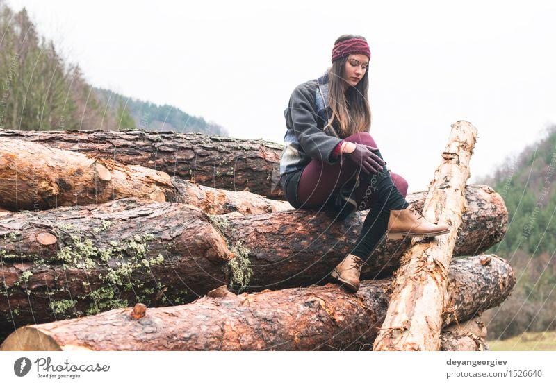 Junge Frau auf Holz Natur schön Baum Erholung Einsamkeit Mädchen Wald Erwachsene Herbst Lifestyle wandern Aktion Beautyfotografie hinten Kaukasier