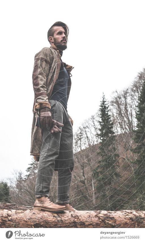 Junge Männer anmeldet den Wald an Mensch Natur Mann grün Sommer Baum Einsamkeit Erwachsene Glück Lifestyle Denken Mode Model Jeanshose Leder