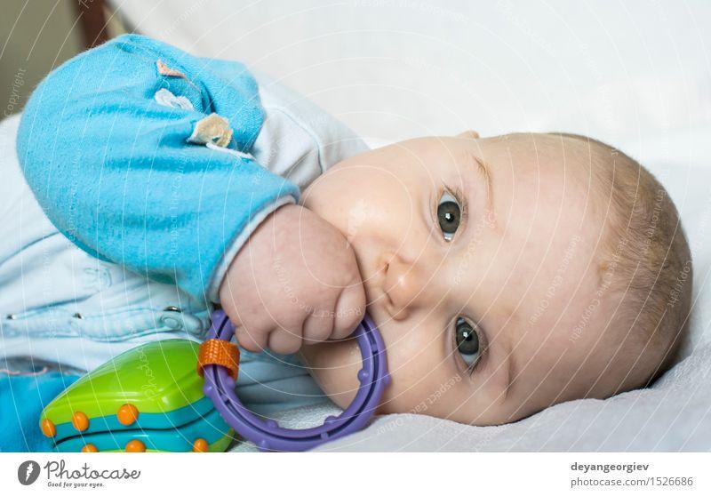 Baby in einem Bett Mensch Kind schön Hand Mädchen Gesicht Leben Junge Spielen Glück klein Kindheit Spielzeug Text lügen