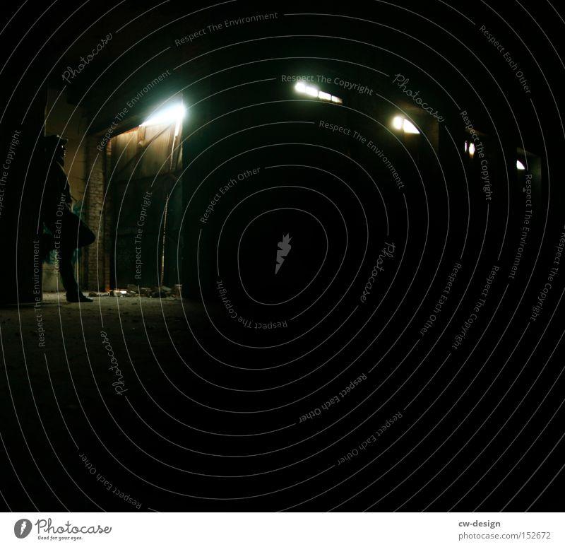 WARTEN AUF GODOT Mensch Einsamkeit Lampe dunkel Graffiti Angst gefährlich bedrohlich verfallen Panik Pfosten Kerl Einfahrt Lichtschein Lichtkegel