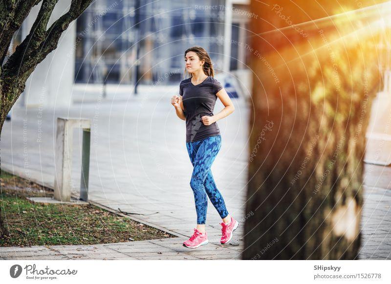 Junges Mädchen, das am Morgensonnenschein läuft Mensch Frau Jugendliche schön Junge Frau weiß 18-30 Jahre schwarz kalt Erwachsene Leben Sport Beine gehen hell