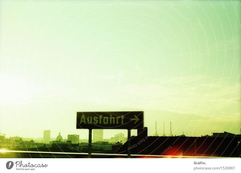 Nächste Ausfahrt Hannover Stadt grün Einsamkeit Ferne gelb Wege & Pfade Gebäude Wandel & Veränderung Unendlichkeit Skyline Fernweh Stadtzentrum Heimweh Parkhaus