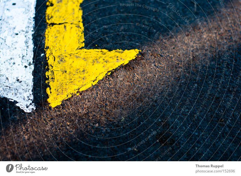 Zurück Wege & Pfade Ferne Asphalt gelb weiß Pfeil Richtung unten geradeaus abwärts Straße lang grau Stein Richtungswechsel richtungweisend Verkehrswege