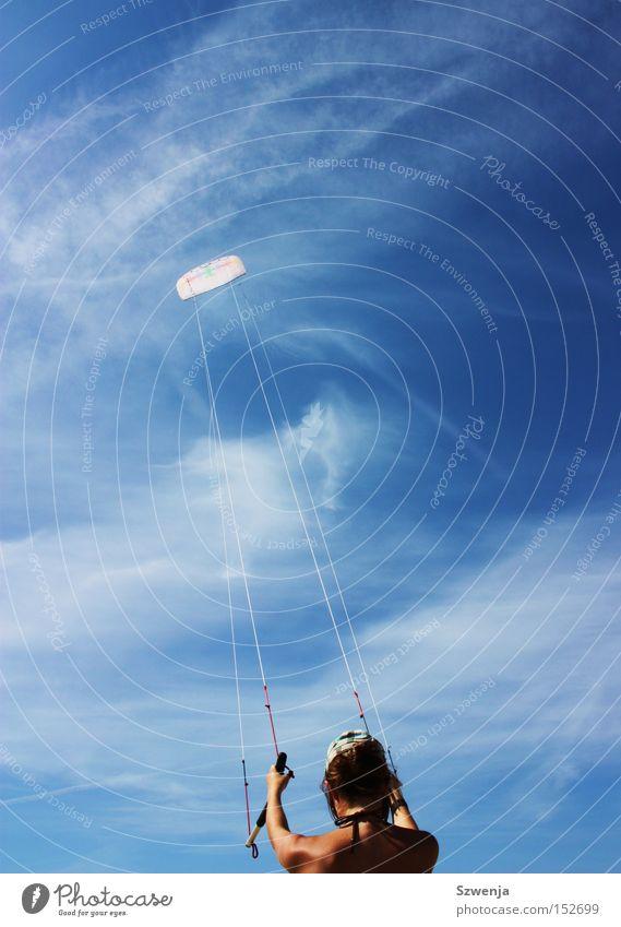 Hoch im Himmel Drache Frau blau Wolken Schnurren festhalten Wind Sommer Dänemark Mütze Freizeit & Hobby