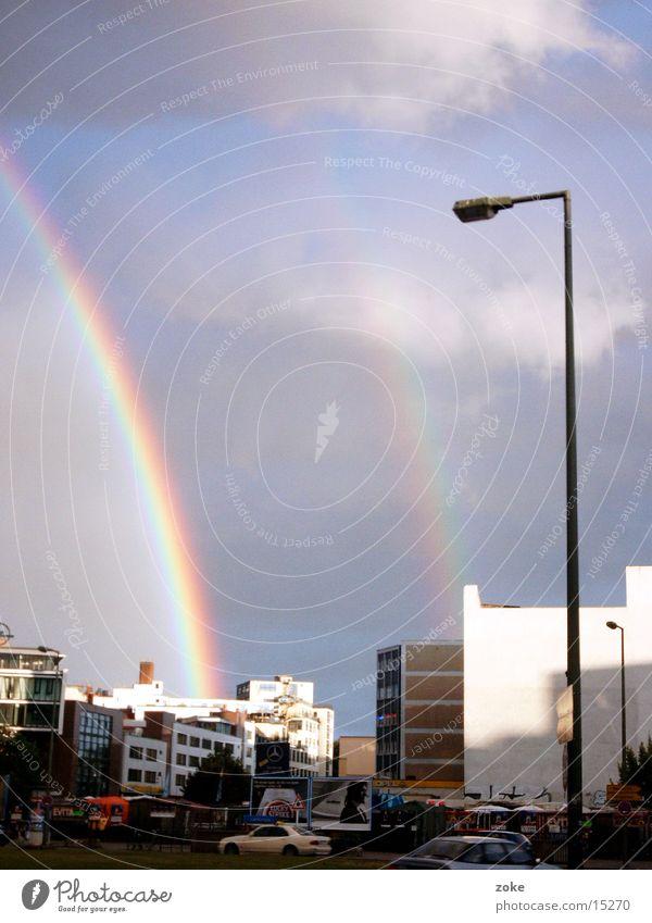 Doppelter Regenbogen Stadt Wolken Verkehr