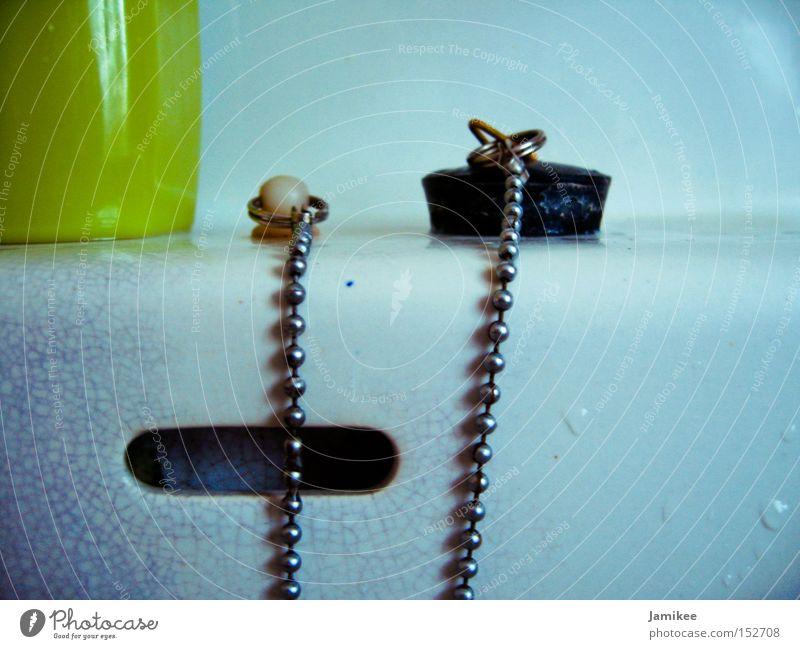 Waschbecken Geschirr weiß Stöpsel Kette Riss alt Siebziger Jahre nass Wasser Verschluss Metallwaren Bad DDR Makroaufnahme Nahaufnahme
