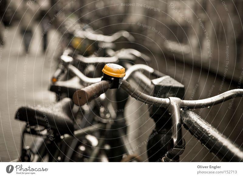 Amsterdam - Die Glocke ruhig gelb Niederlande Fahrrad Industrie Freizeit & Hobby parken Fußgänger Fahrradklingel Kanal Fahrradlenker Fahrradsattel