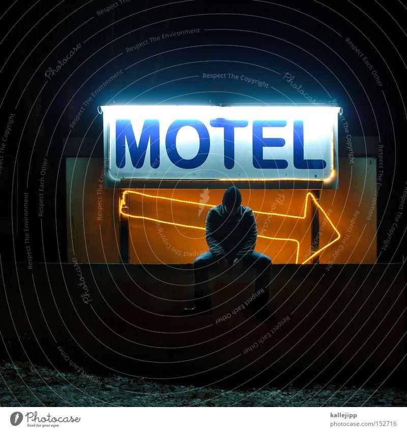 motel kallefornia Mann Mensch Gast Motel Hotel Herberge Unterkunft Pfeil Richtung Nacht Portier Eingang Begrüßung Rezeption Ferien & Urlaub & Reisen sitzen