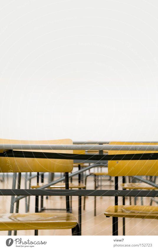 Klassenraum alt Holz Schule braun Raum Tisch Stuhl authentisch einfach Bildung Vergänglichkeit einzigartig Innenarchitektur DDR Nostalgie Örtlichkeit
